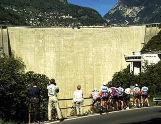 Staudamm1_Goldeneye_jump.jpg  What better platform for your event could you have than the 380 m long, 8 m wide, 220 m high Verzasca dam wall to the lake Maggiore and Italy.