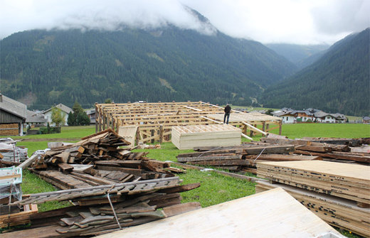 Local newspaper Kleine Zeitung got the first glimpse at the preparation work already underway in the South West of the country. For the 24th secret agent movie Daniel Craig is expected to be for three days of shooting in East Tyrol. Scenes in Obertilliach are already built.