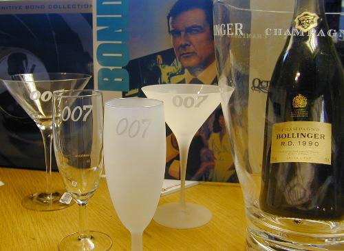 Dry Martini  Champagne glass  each $55, Pris 398:- Glass 007 design  James Bond Limited Edition